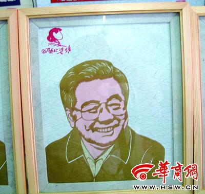 曹宏霞用剪纸艺术展现出几代领导人可亲可敬的形象 本报记者 张有效 图片